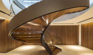 Шикарная винтовая лестница из дерева ЛВ30