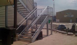 Уличная металлическая П-образная лестница ЛМПО31