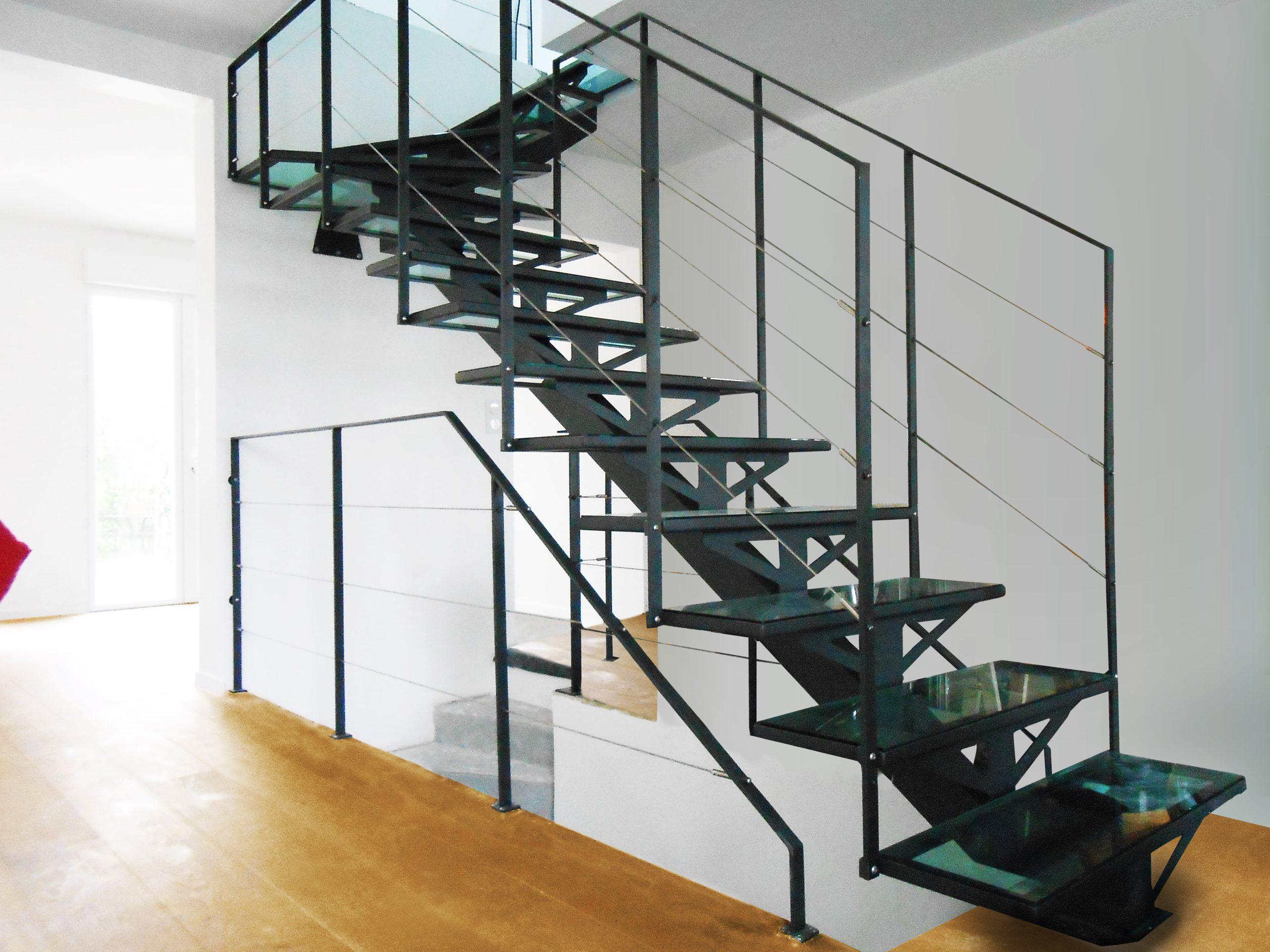 Прямая лестница из металла, стеклянные ступени ЛМП31