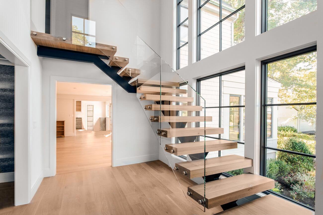 Лестница буквой Г, ступени из светлого дерева ЛГО32