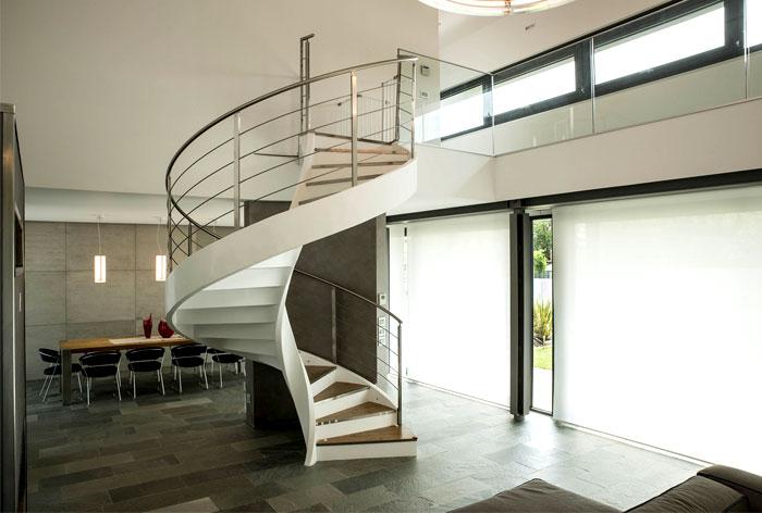 Винтовая металлическая лестница, белая ЛМВ32