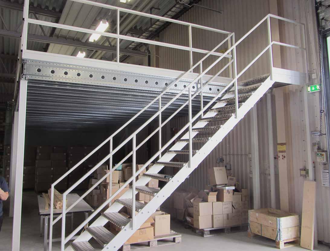 Прямая лестница из металла, нескользящие ЛМП32