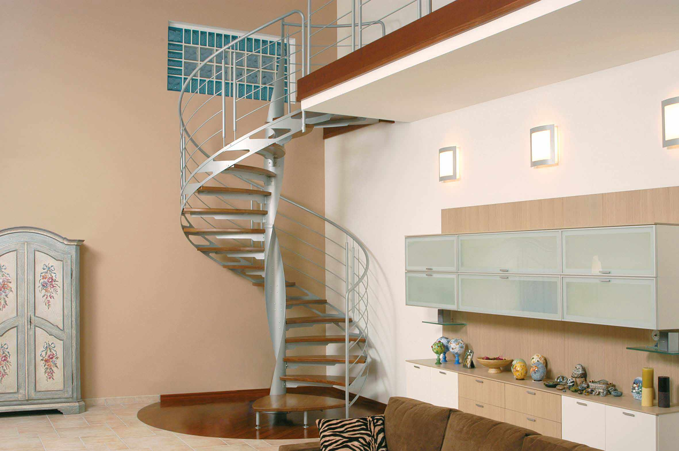 Винтовая металлическая лестница, ступени дерево ЛМВ33