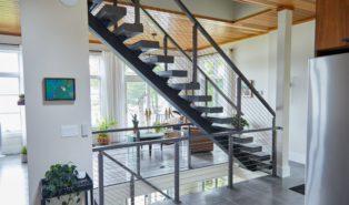 Прямая лестница из металла, в доме ЛМП4