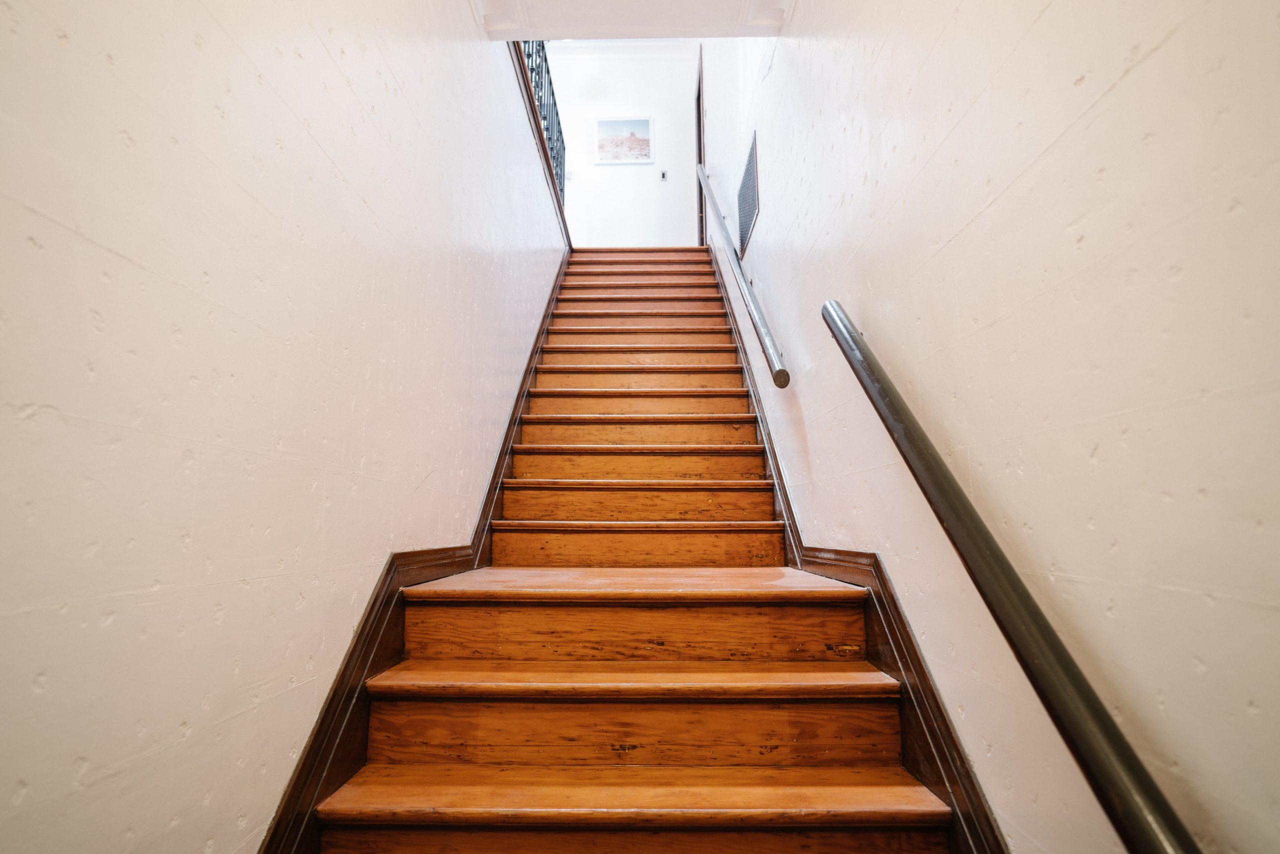 Отделка лестниц коричневым ламинатом ОЛЛ4