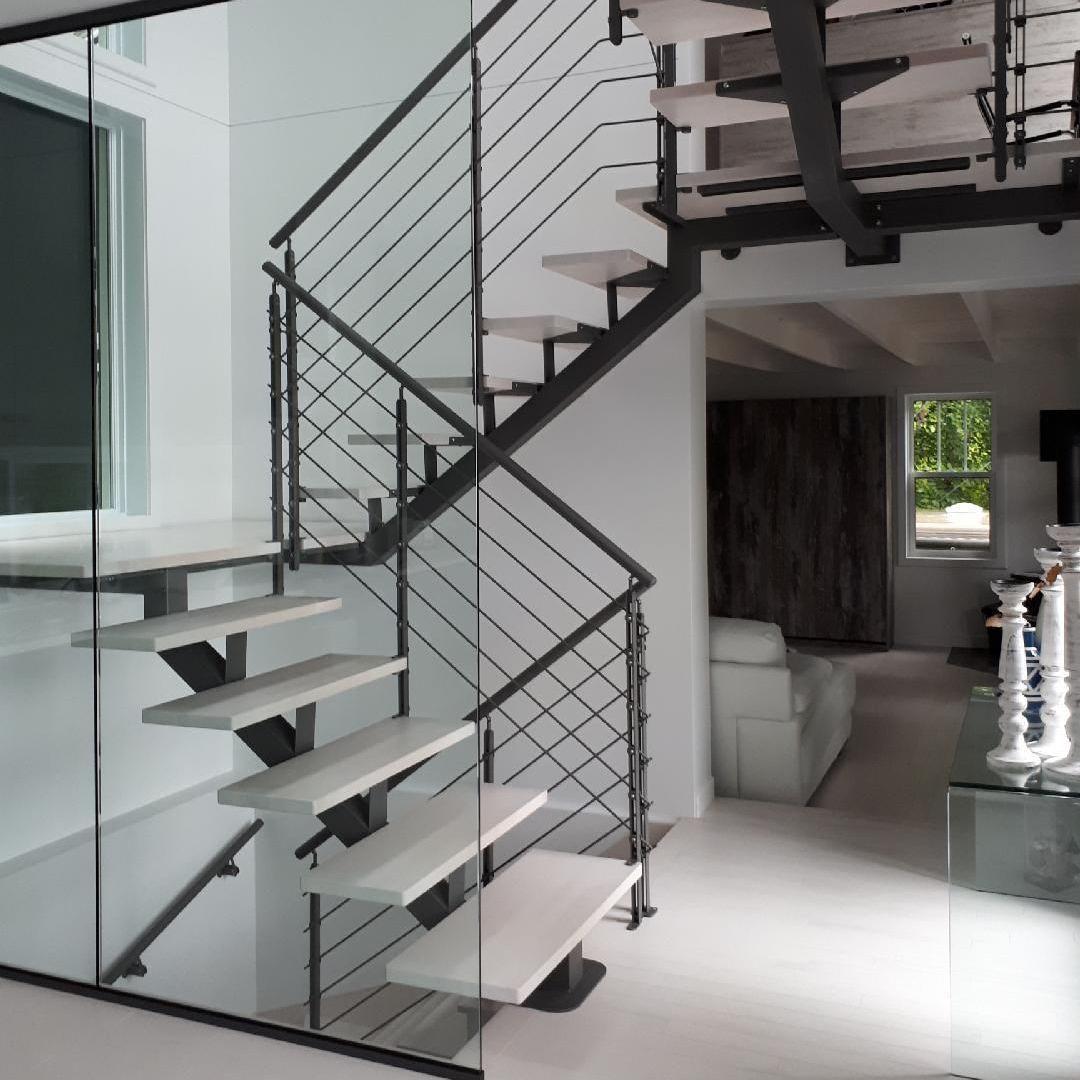 П-образная лестница, металлокаркас, белые ступени ЛМПО4