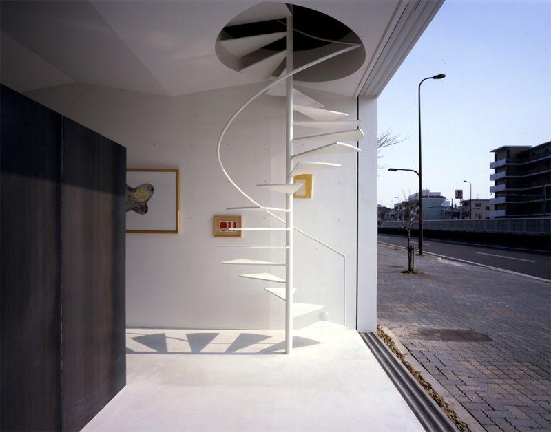 Белая уличная металлическая винтовая лестница ЛМВ4