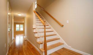 Прямая лестница из дерева, белые вставки ЛП4