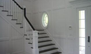 Г-образная лестница на белом фоне, ступени темное дерево ЛГО5