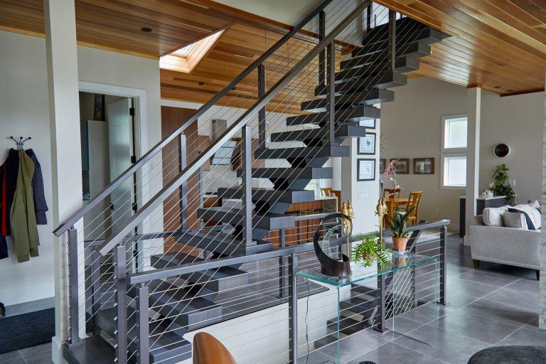 Прямая лестница из металла, в доме ЛМП5
