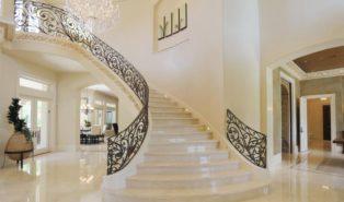 Отделка лестниц светлым мрамором ОЛМ6