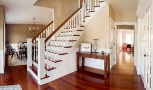 Г-образная лестница, белые балясины, темные ступени ЛГО6