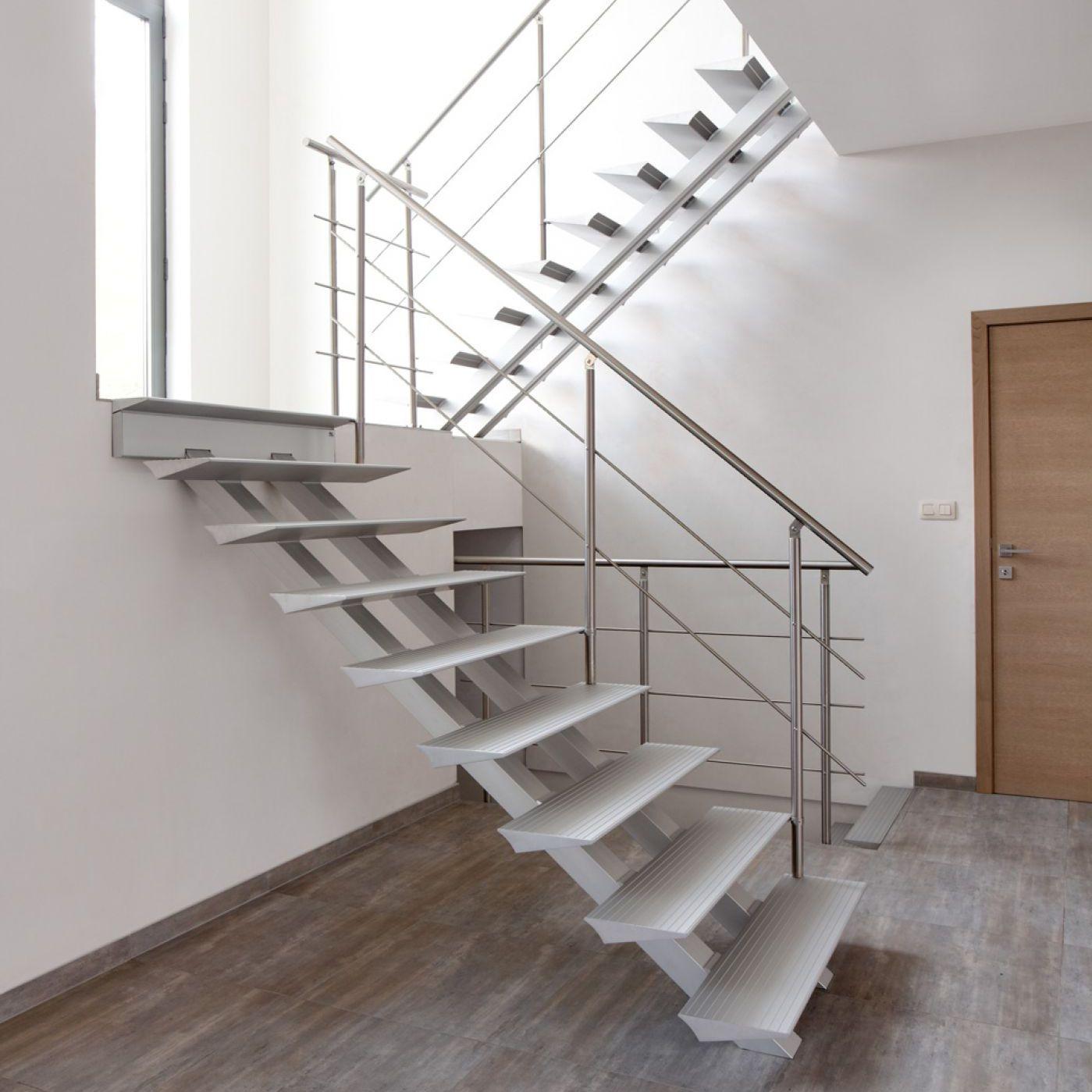 Белая П-образная лестница, металическая ЛМПО6
