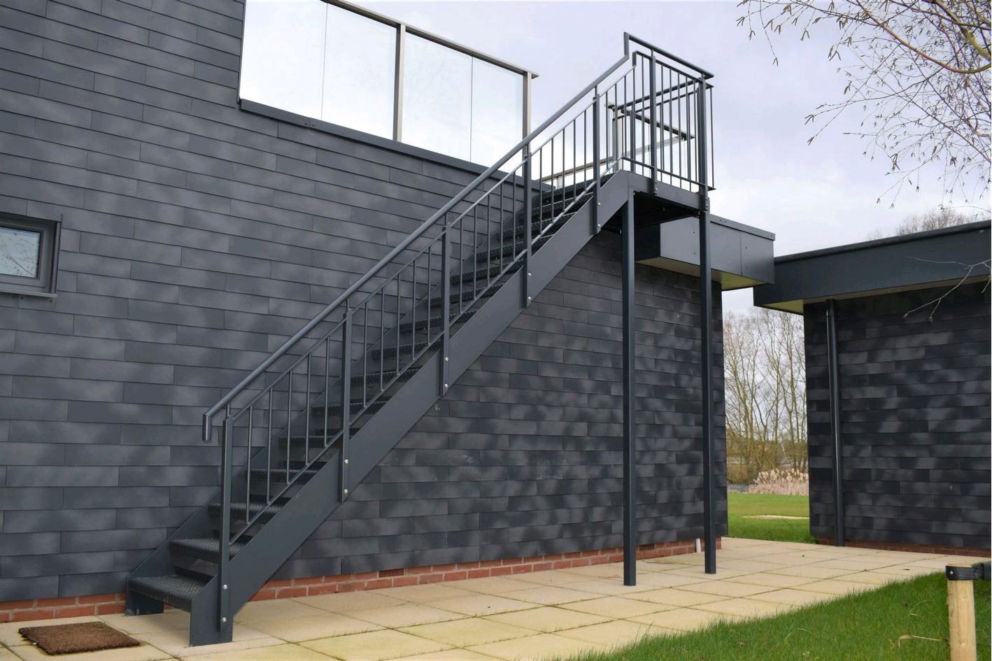 Прямая лестница из металла, на улице ЛМП6