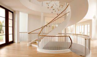 Светлая винтовая лестница, ступени из дерева ЛВ7