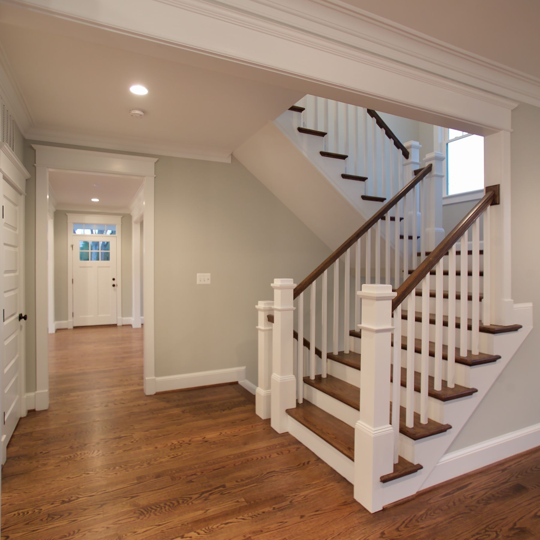 Деревянная П-образная лестница, бело-коричневая ЛПО7