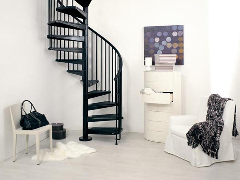 Черная металлическая винтовая лестница ЛМВ7