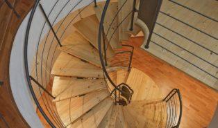 Винтовая лестница из лиственницы ЛЛ9