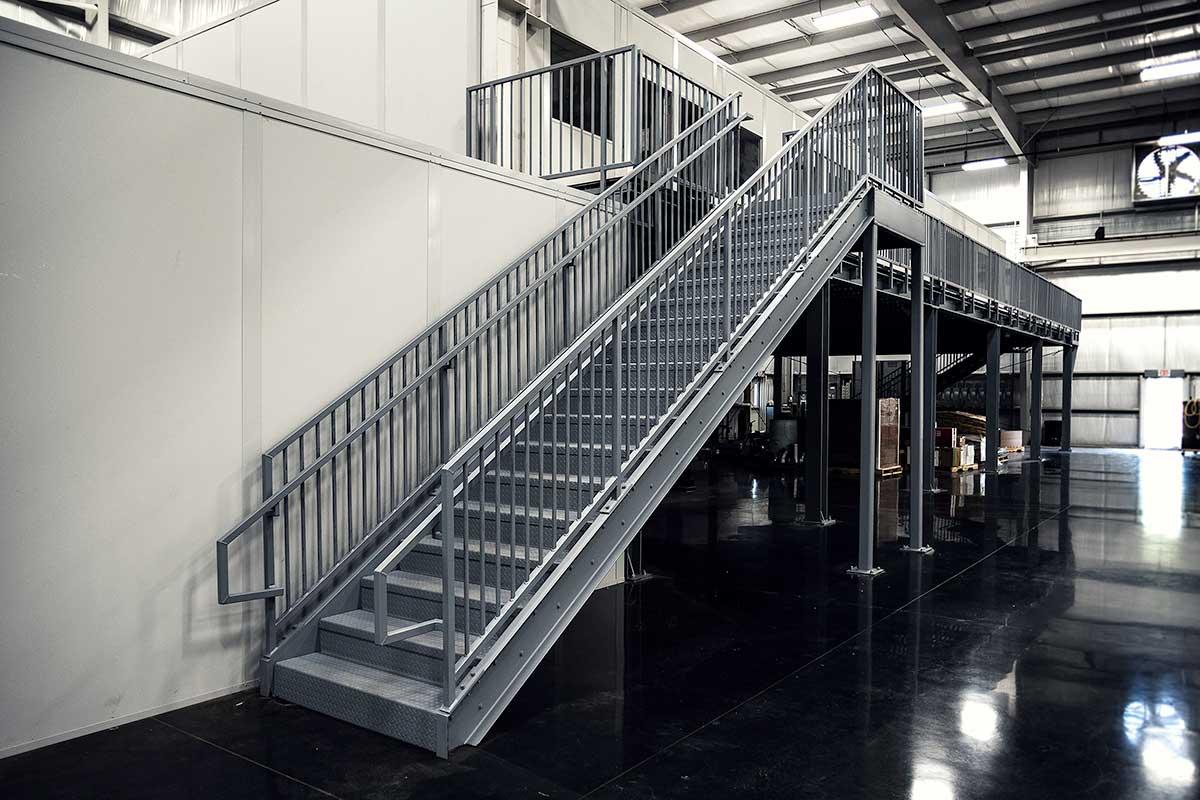 Прямая лестница из металла ЛМП9